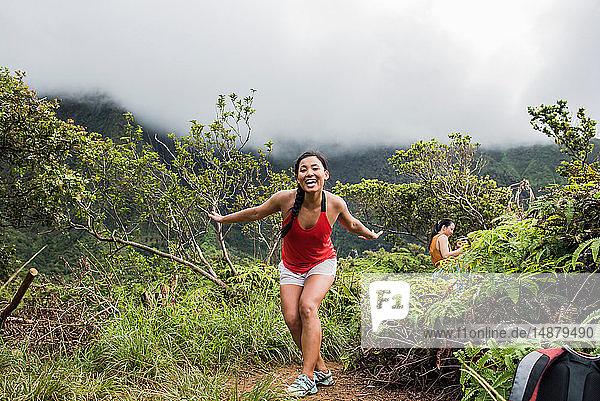 Wanderer im Regenwald  Iao Valley  Maui  Hawaii