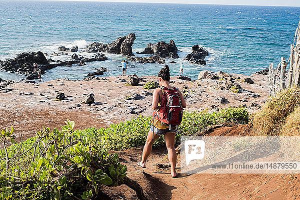 Frau besucht Strand  Hookipia Beach  Maui  Hawaii