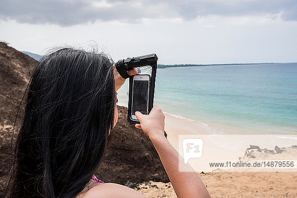 Frau beim Fotografieren am Strand  Makena Beach  Maui  Hawaii