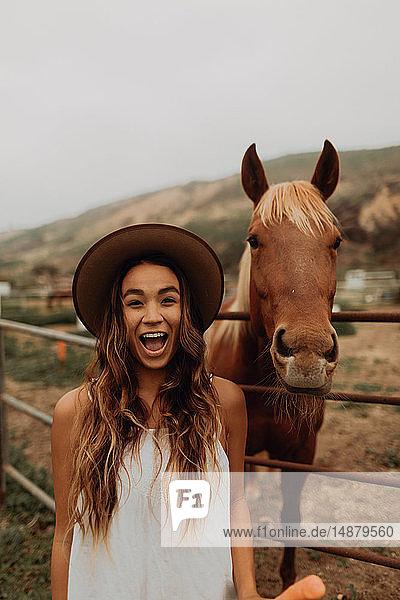 Junge Frau mit Filzhut neben Pferd  Porträt  Jalama  Kalifornien  USA
