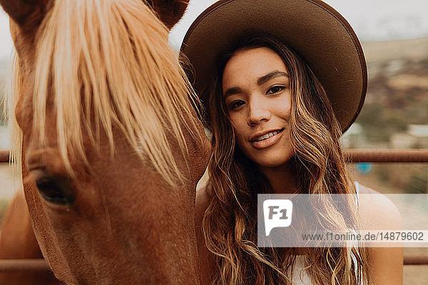Junge Frau mit Filzhut neben Pferd  Nahaufnahme-Portrait  Jalama  Kalifornien  USA