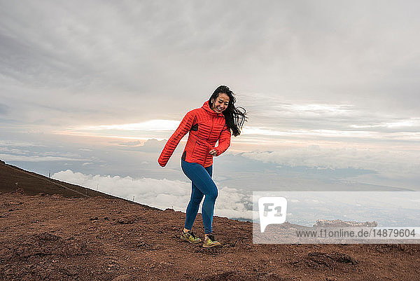 Frau wandert am Bergrand entlang  Haleakala-Nationalpark  Maui  Hawaii