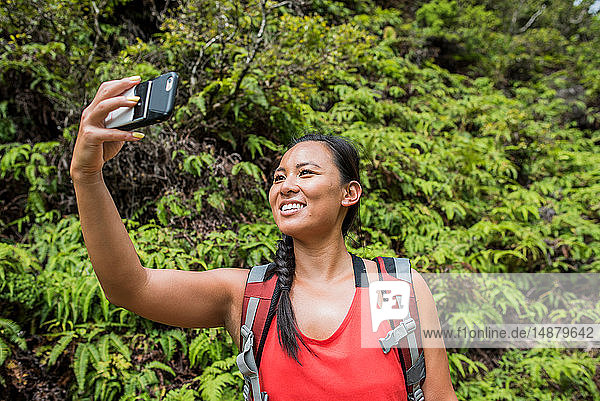 Wanderer bei der Selbstfindung im Regenwald  Iao Valley  Maui  Hawaii