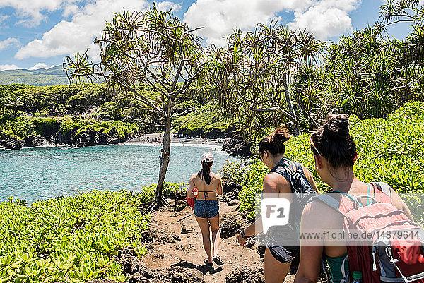 Wanderer auf Wanderweg  Waianapanapa State Park  Maui  Hawaii