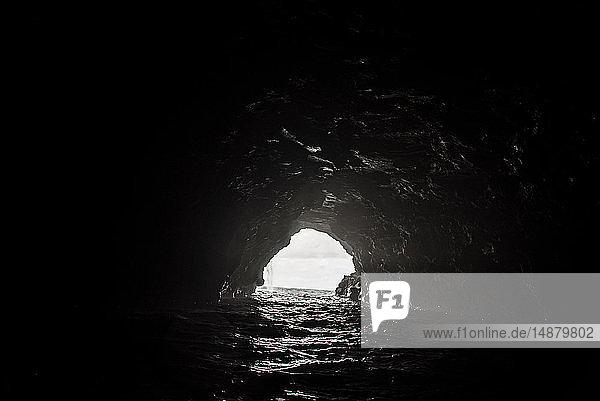 Blick vom Inneren der Höhle zum Meer  Na Pali Coast  Kauai  Hawaii