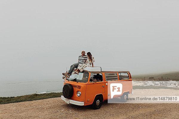 Junges Paar auf einem Wohnmobil am Küstenstraßenrand  Jalama  Kalifornien  USA