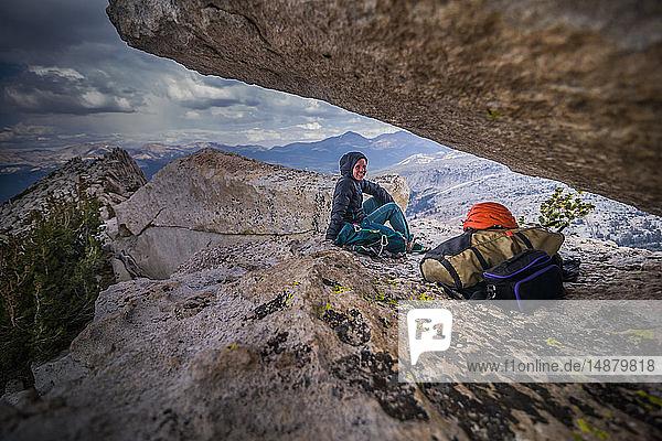 Bergsteiger auf Gipfel ruhend  Tuolumne Meadows  Yosemite National Park  Kalifornien  Vereinigte Staaten