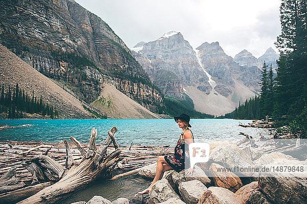 Frau genießt Aussicht  Moraine Lake  Banff  Kanada