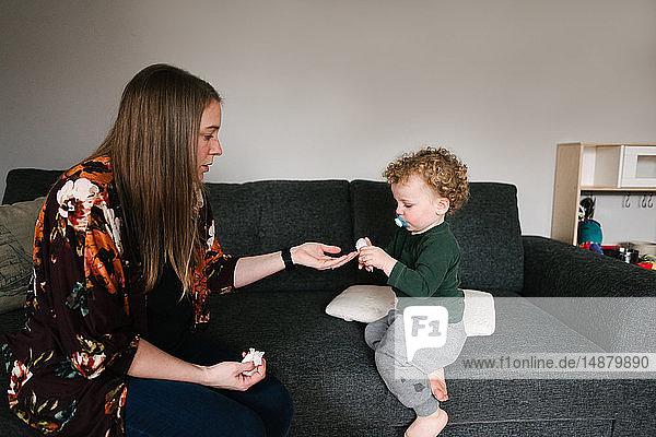 Mutter und Sohn auf dem Sofa
