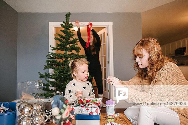 Mutter und Töchter bereiten sich auf Weihnachten vor