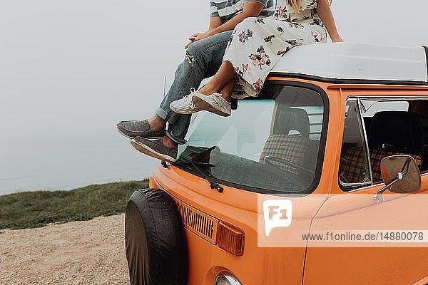 Junges Paar auf einem Wohnmobil am Küstenstraßenrand  geschnitten  Jalama  Kalifornien  USA