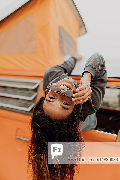 Junge Frau  die am Strand aus dem Fenster eines Wohnmobils hängt  Porträt  Jalama  Kalifornien  USA