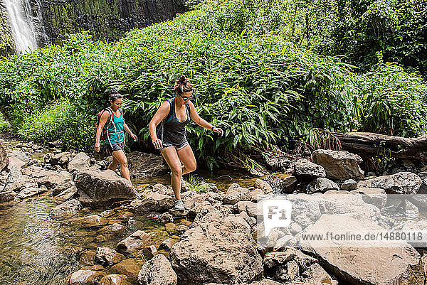 Wanderer überqueren Bach  Waipipi Trail  Maui  Hawaii