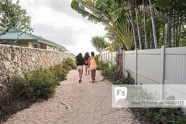 Freunde gehen auf Sandpfad  Lanikai Beach  Oahu  Hawaii