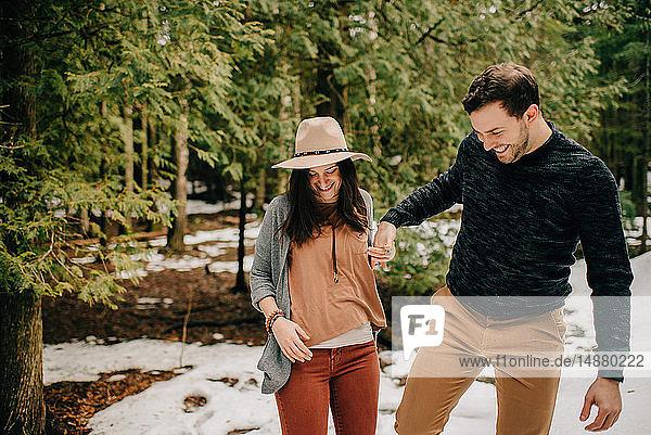 Paar wandert im Wald  Tobermory  Kanada