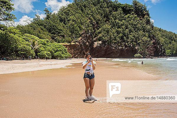 Frau am Strand  Waianapanapa State Park  Maui  Hawaii