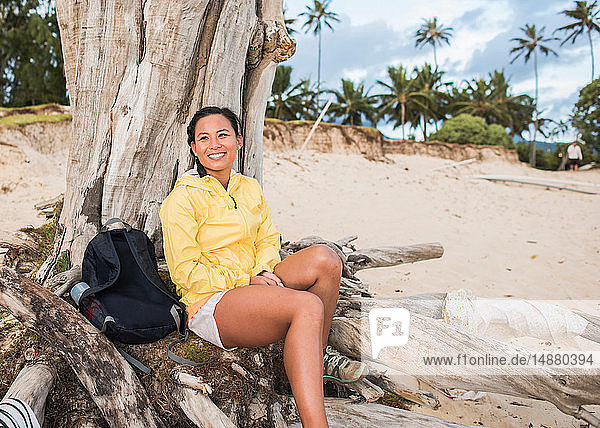 Frau entspannt sich am alten Baumstamm  Kailua Beach  Oahu  Hawaii