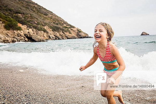 Süßes Mädchen läuft am Strand  Portoferraio  Toskana  Italien