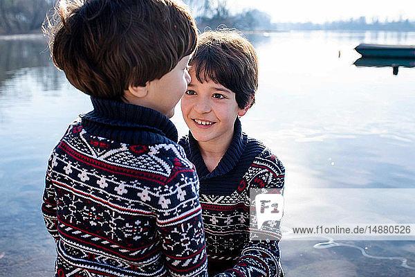 Junge und kleiner Bruder im passenden Pullover am Comer See  Comer See  Lecco  Lombardei  Italien