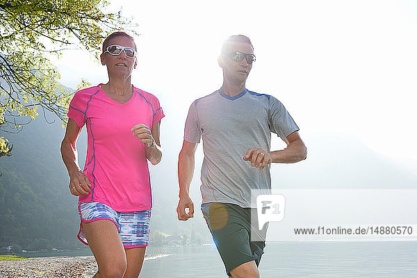 Jogger laufen am Lac d'Annecy  Annecy  Frankreich