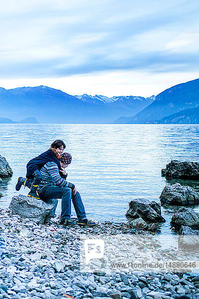 Vater und Sohn am Seeufer  Onno  Lombardei  Italien
