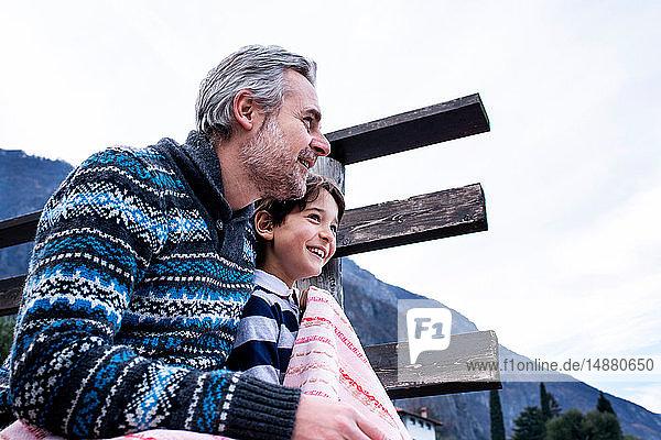 Junge und Vater mit Decke am Seepier  Comer See  Onno  Lombardei  Italien