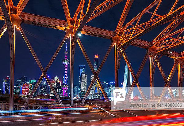 Waibaidu-Brücke und Pudong-Skyline bei Nacht  Shanghai  China