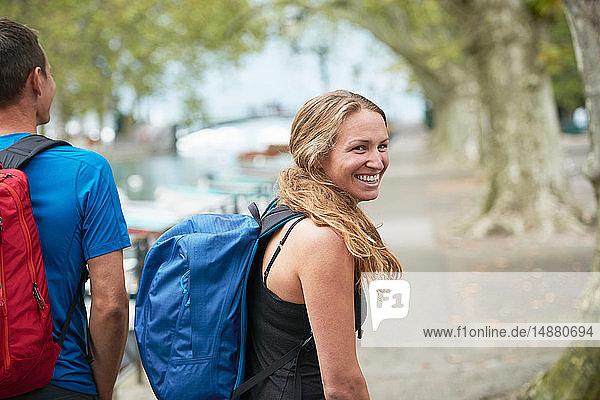 Mann und junge Frau beim Spaziergang am Flussufer  Porträt  Annecy  Rhône-Alpes  Frankreich