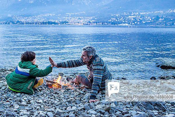 Vater und Sohn streiten sich am Lagerfeuer  Onno  Lombardei  Italien