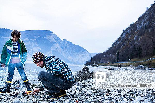 Vater und Sohn am Lagerfeuer  Onno  Lombardei  Italien