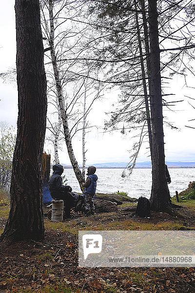 Kinder entspannen am See  Ural  Swerdlowsk  Russland