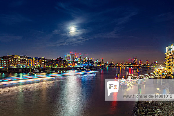 Nachtansicht der Themse und des Finanzdistrikts  Insel der Hunde im Hintergrund  City of London  Großbritannien