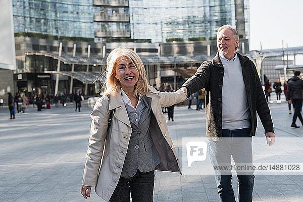 Älteres Ehepaar erkundet Stadt  Mailand  Lombardei  Italien
