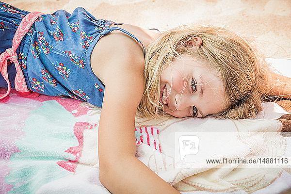 Auf einem Strandtuch liegendes Mädchen  Porträt  Los Angeles  USA