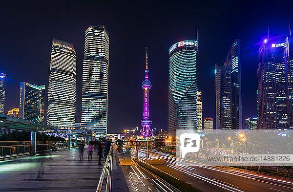 Die Skyline von Pudong und der Oriental Pearl Tower vom erhöhten Fußweg bei Nacht  Shanghai  China