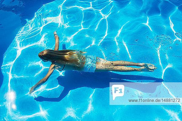 Unterwasserschwimmen von Mädchen im Freibad  Hochwinkelansicht  Vernazza  Ligurien  Italien