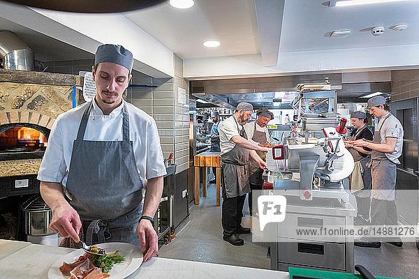 Küchenpersonal und Küchenchefs in der italienischen Restaurantküche