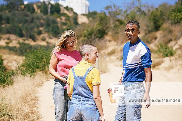 Drei junge erwachsene Freunde stehen auf Feldwegen  Los Angeles  Kalifornien  USA