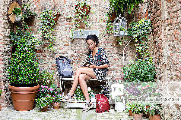 Frau genießt friedliche Ecke mit Pflanzen  Città della Pieve  Umbrien  Italien
