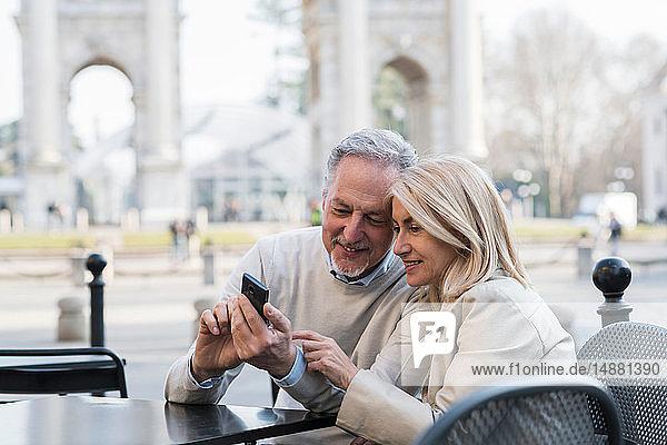 Älteres Ehepaar benutzt Smartphone im Stadtcafé  Mailand  Lombardei  Italien