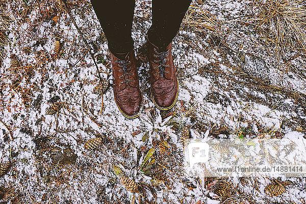 Füße einer Frau  die im Winter im Wald steht  Ural  Swerdlowsk  Russland