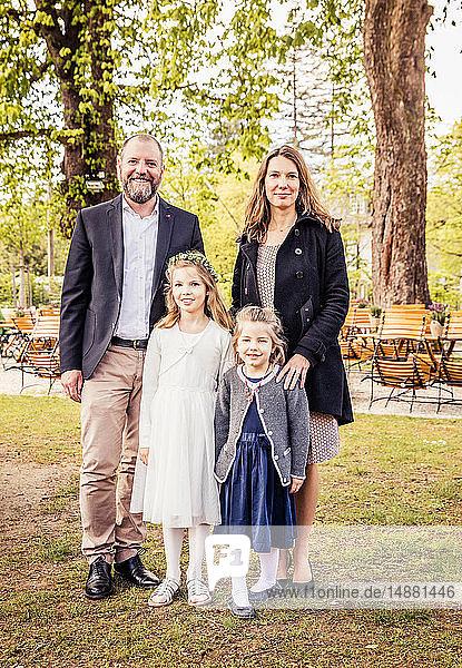 Reifes Paar und Töchter im Park  Porträt