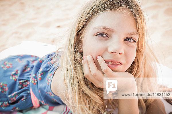 Am Strand liegendes Mädchen  Porträt  Los Angeles  USA