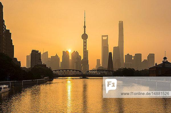 Goldener Sonnenuntergang über der Waibaidu-Brücke und der Skyline von Pudong  Shanghai  China