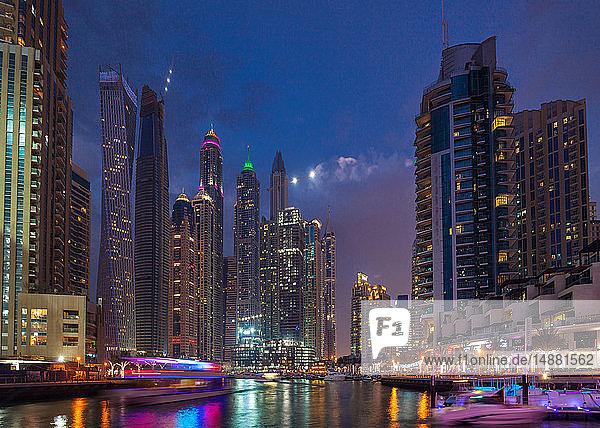 Vibrierendes Nachtleben und Boote  Dubai Marina  Vereinigte Arabische Emirate