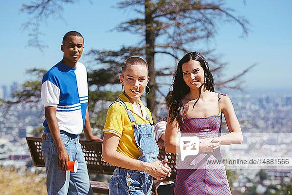 Drei junge erwachsene Freunde auf einem Hügel im Stadtbild  Los Angeles  Kalifornien  USA