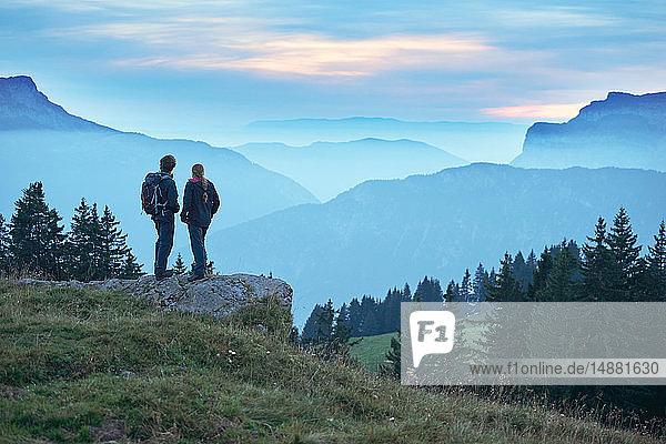 Wanderer mit Blick auf neblige Berge  Manigod  Rhône-Alpes  Frankreich
