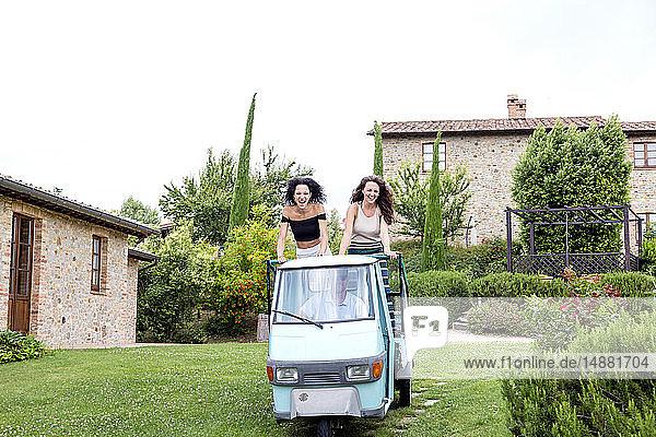 Freunde auf dreirädrigen Fahrzeugen  Città della Pieve  Umbrien  Italien