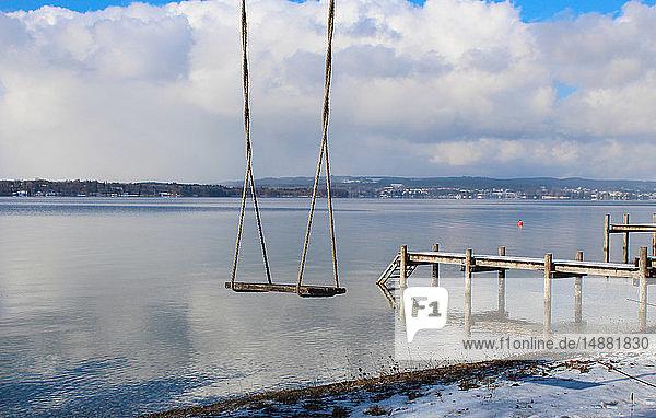 Leere Schaukel an der Mole  Starnberger See  Bayern  Deutschland