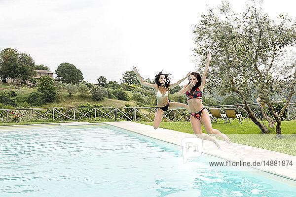 Freunde genießen Pool  Città della Pieve  Umbrien  Italien